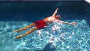 La Peyrarié - Faire la planche dans la piscine